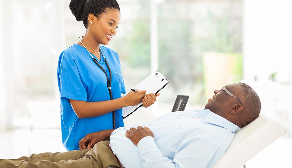 imagen que muestra doctora afroamericana femenina consultando a paciente de la 3ª edad